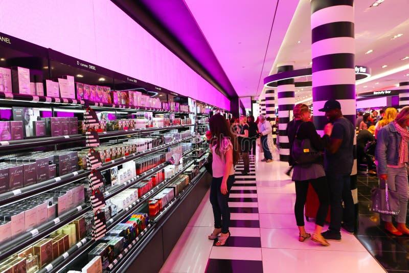 Achat dans la boutique du parfum et des cosmétiques - Paris photos stock