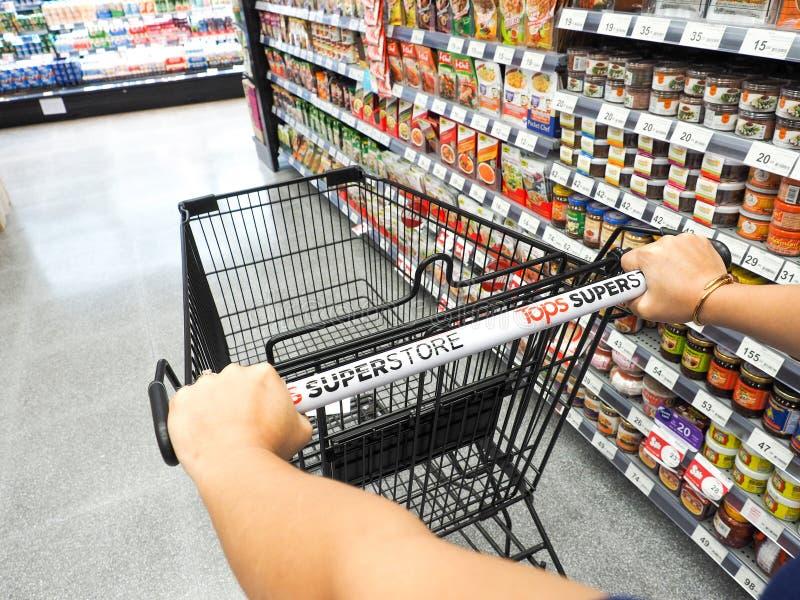 achat dans le supermarché image stock