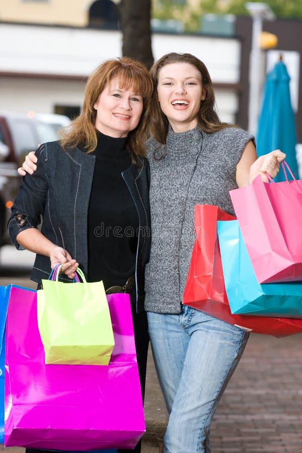 Achat de deux femmes images stock