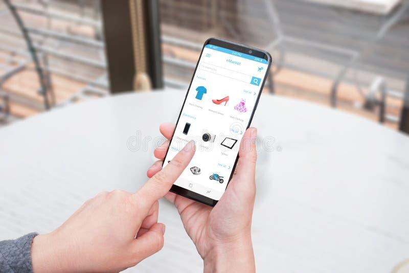Achat de femme en ligne avec les vêtements intelligents du téléphone APP, chaussures, électroniques, moteurs photo libre de droits