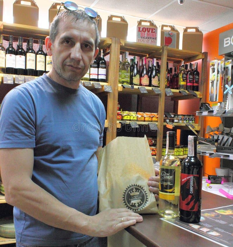 Achat de fromage de dans-magasin image stock