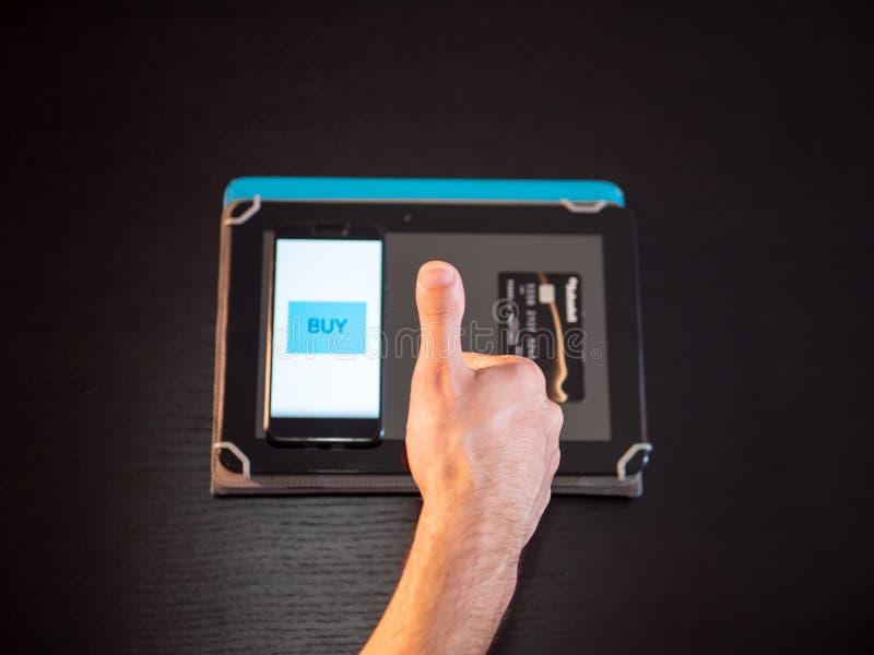 Achat en ligne avec le téléphone et la carte de crédit et le comprimé image stock