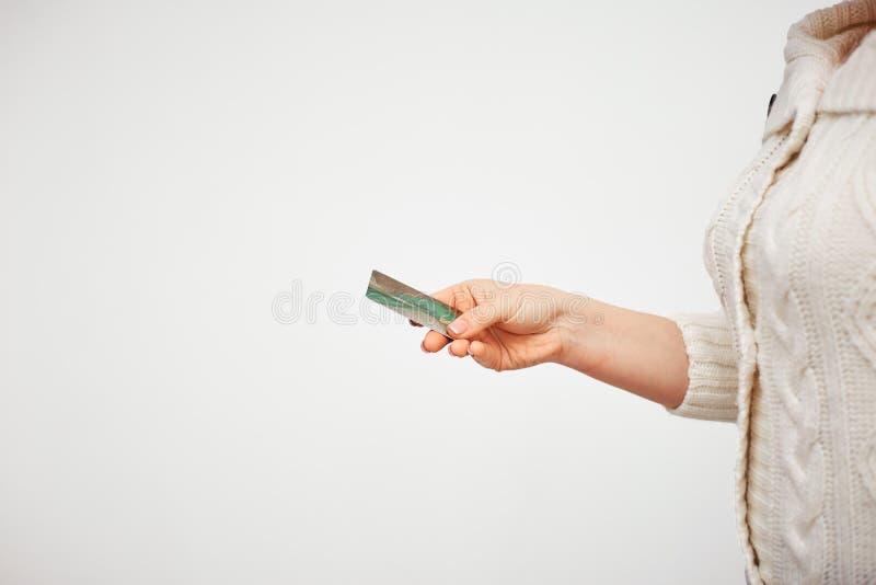 Achat en ligne avec une carte de crédit gestion de fortunes facile de contrôle et la main de la femme tenant une carte en plastiq photographie stock libre de droits