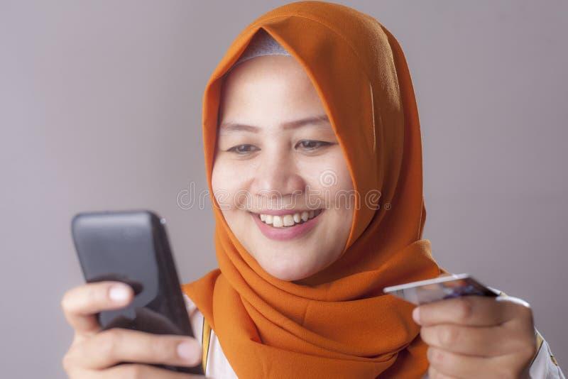 Achat en ligne du concept de téléphone portable photo libre de droits