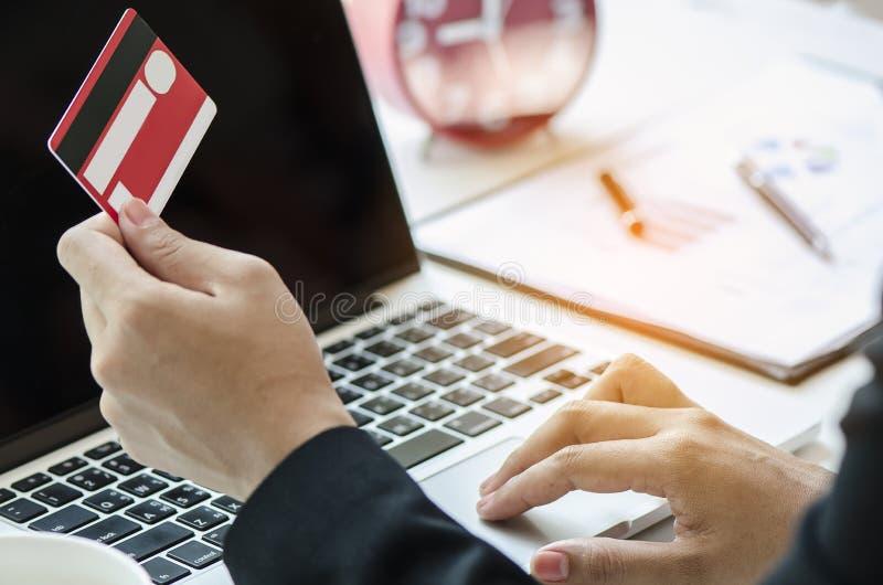 Achat en ligne et paiement sur l'ordinateur portable image libre de droits