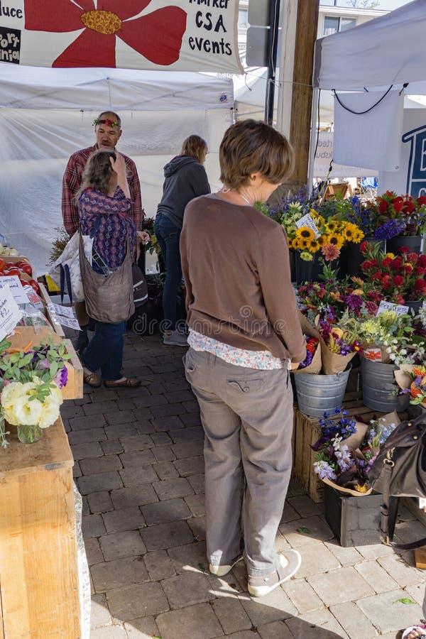 Achat pour des fleurs photos libres de droits