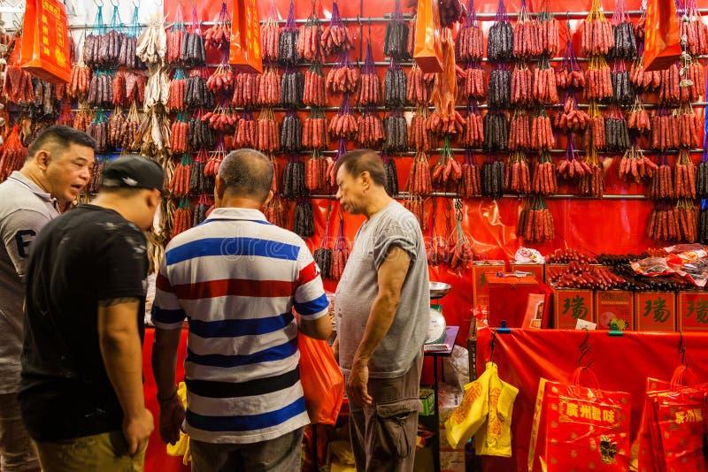 Achat pour les saucisses chinoises pendant la nouvelle année chinoise photographie stock libre de droits