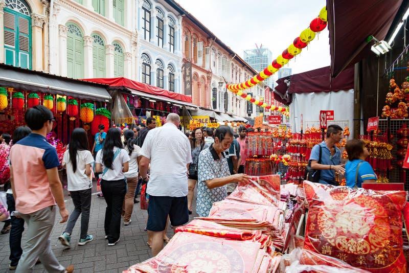Achats chinois de nouvelle année à Singapour Chinatown image libre de droits