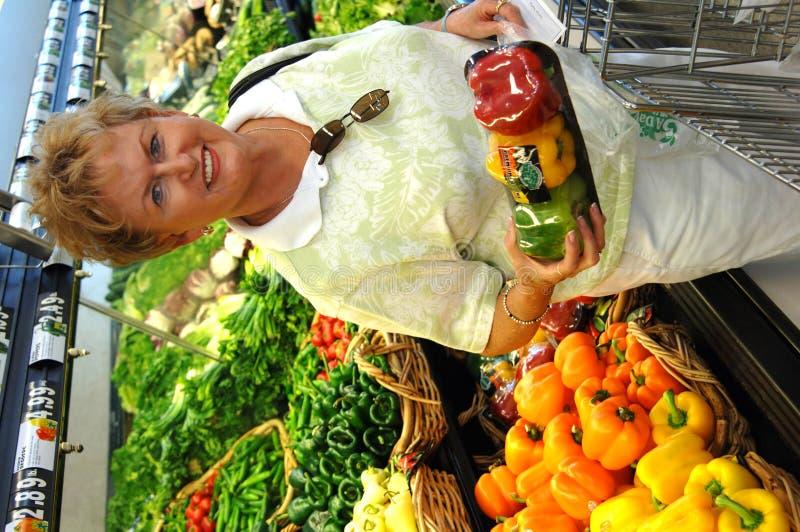 Achats d'épicerie aînés de femme photographie stock