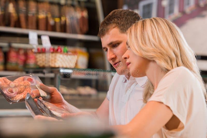 Achats de couples au supermarché photo stock