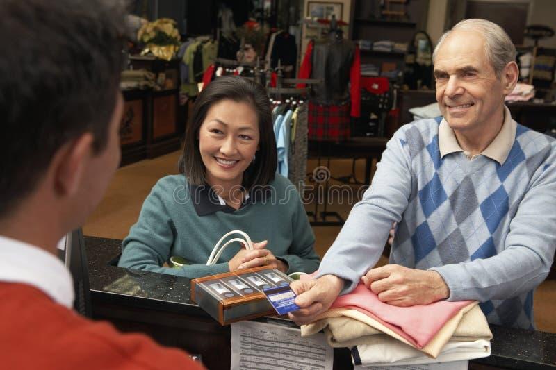 Achats de couples avec la carte de crédit images libres de droits