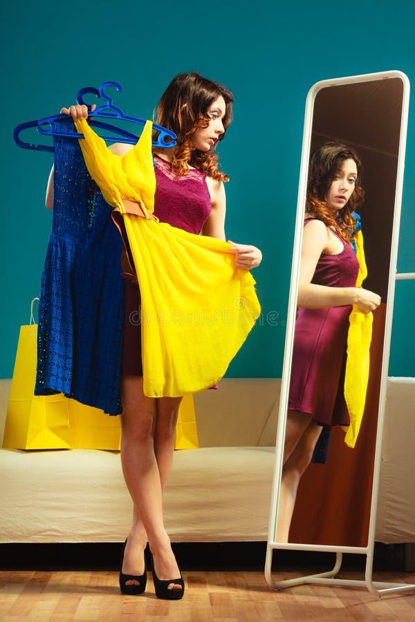 Achats de essai de robe de femme pour l'habillement photographie stock libre de droits