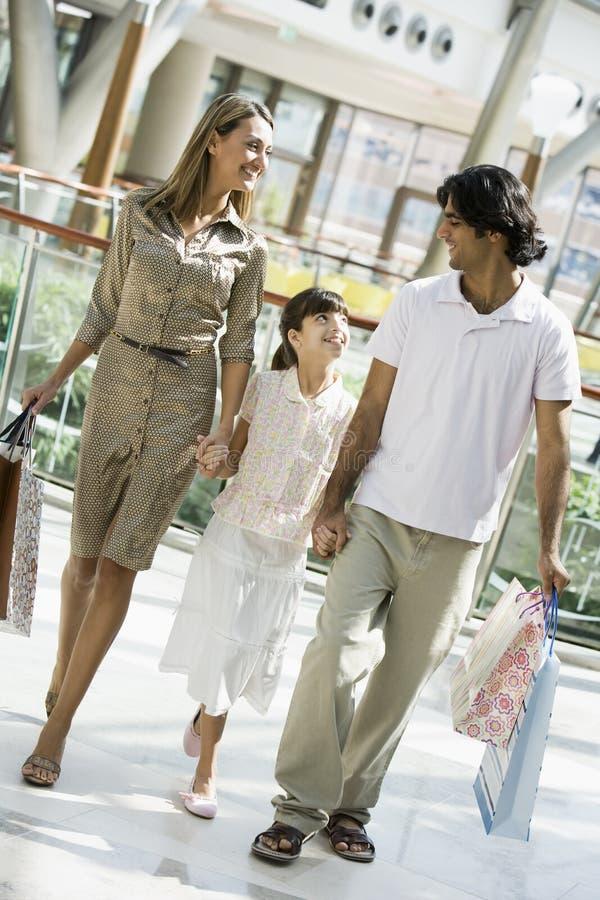 Achats de famille dans le mail photographie stock libre de droits