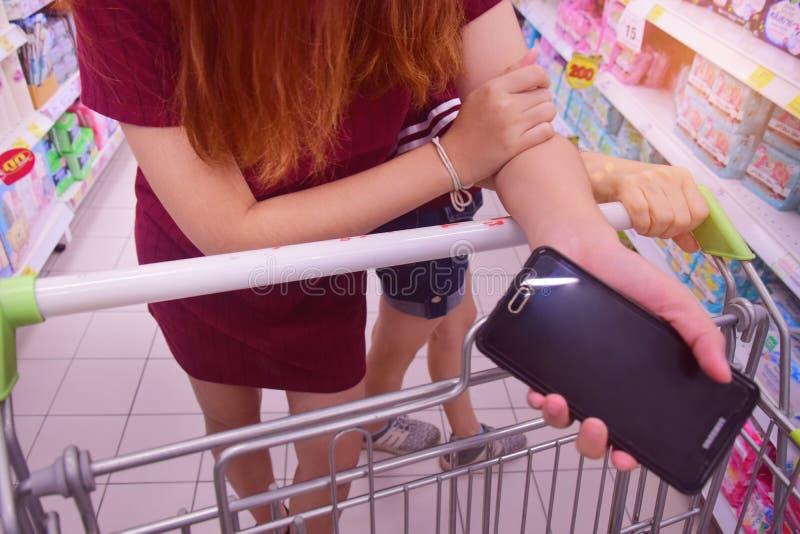 Achats de femme de couples dans le supermarché image libre de droits