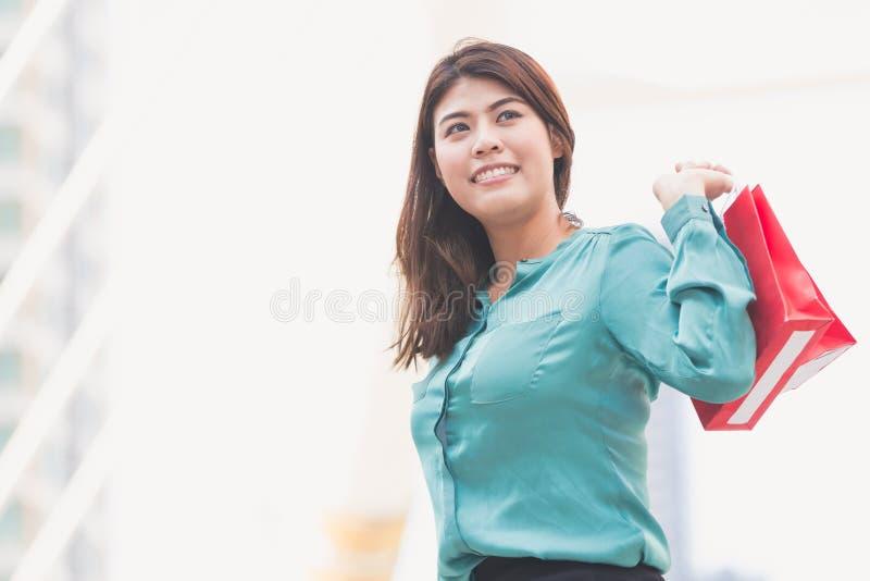 Achats de femme d'affaires image libre de droits
