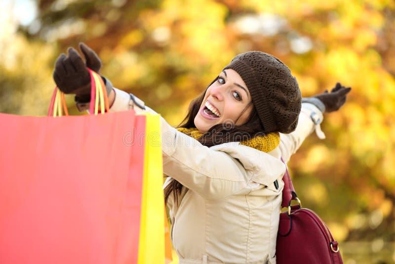 Achats de femme et amusement heureux de avoir en automne photographie stock libre de droits