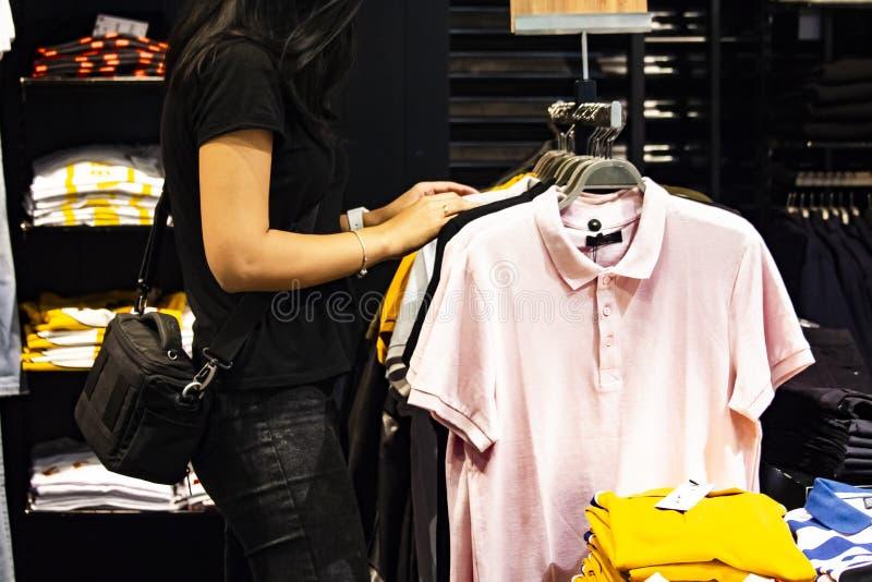 Achats de femme pour des vêtements sur Black Friday images libres de droits