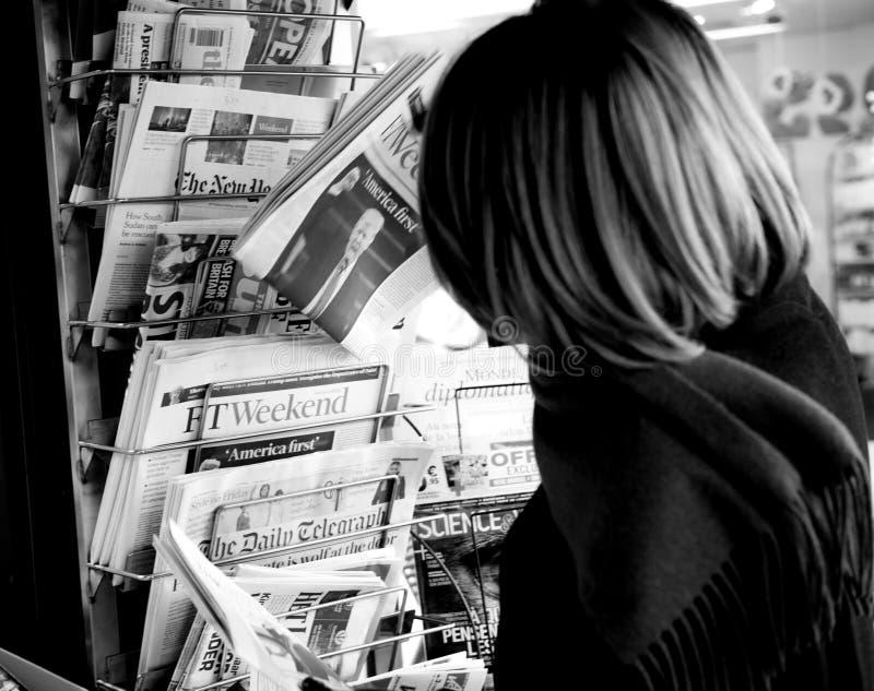 Achats de femme pour Financial Times comportant Donald Trump Americ photographie stock