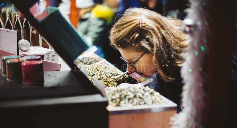 Achats de femme pour le thé organique dedans au marché de Noël image stock