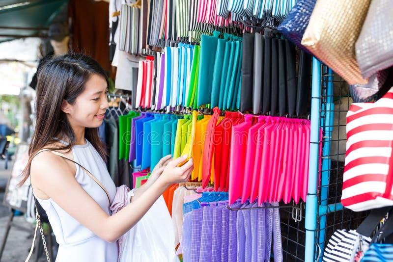 Achats de femme sur le marché en plein air images stock