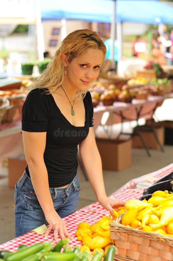 Achats de fille au marché du fermier photos stock