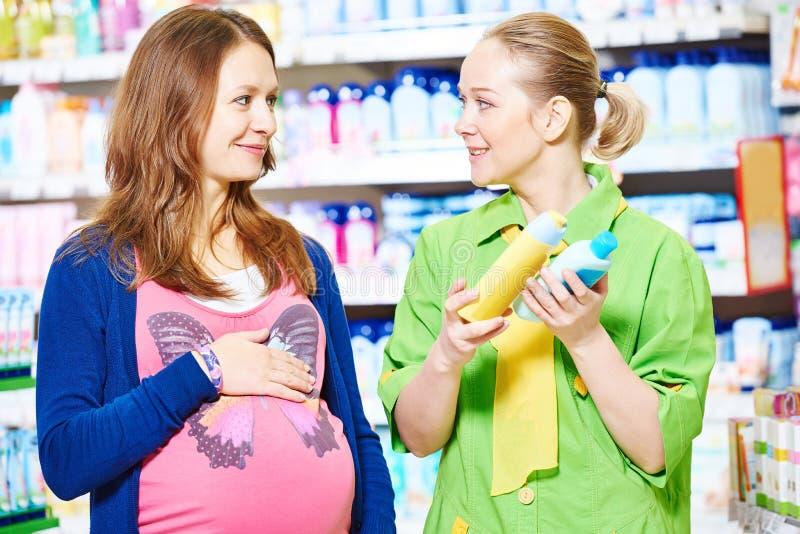 Achats de jeune femme pendant la grossesse photo stock