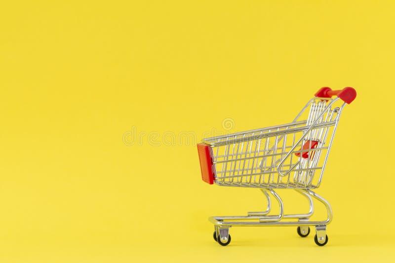 achats de l'image 3d produits par chariot Plan rapproché de chariot de achat sur le fond jaune Concept des achats Copiez l'espace image stock