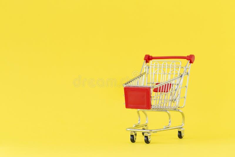 achats de l'image 3d produits par chariot Plan rapproché de chariot de achat sur le fond jaune Concept des achats Copiez l'espace images stock