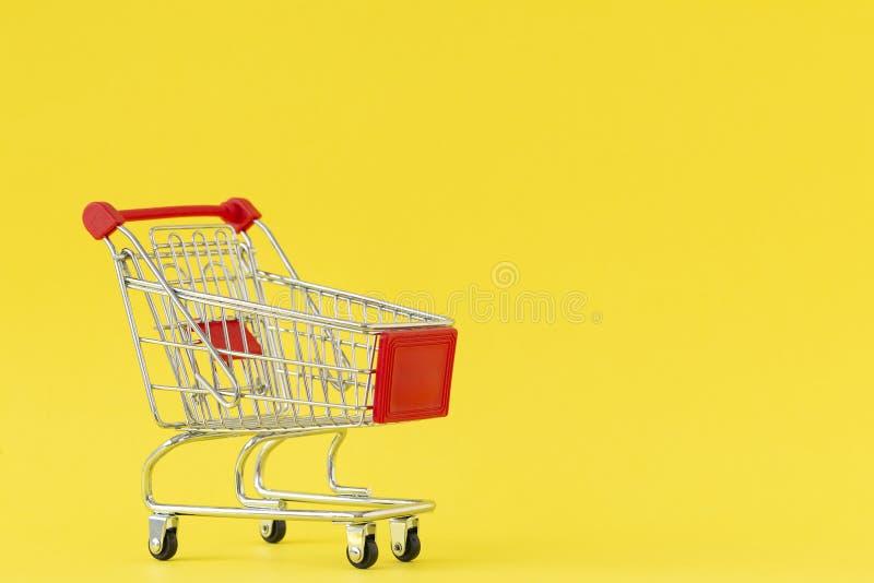 achats de l'image 3d produits par chariot Plan rapproché de chariot de achat sur le fond jaune Concept des achats Copiez l'espace photo stock
