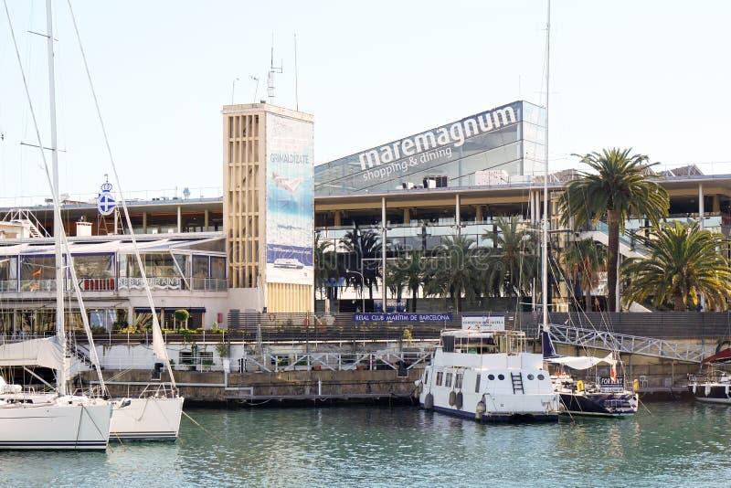 Achats de Maremagnum et mail de diner au port Vell à Barcelone images libres de droits