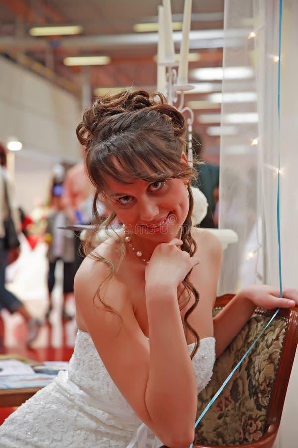 Achats de mariée pour la robe photo libre de droits