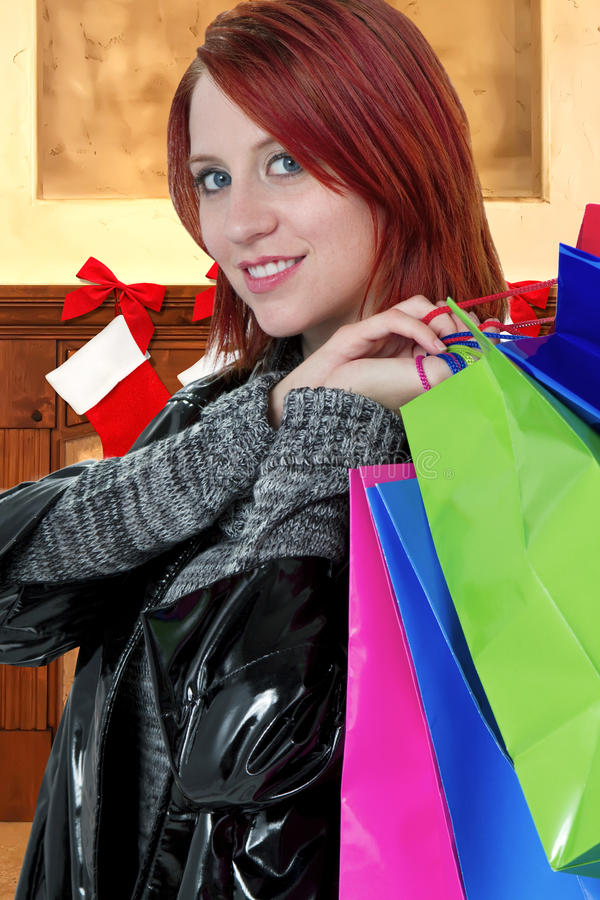 Achats de Noël de femme pour des cadeaux photographie stock