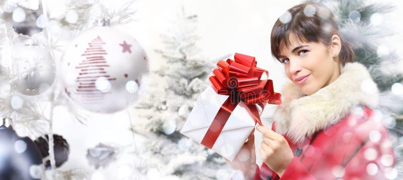 Achats de Noël, femme avec le paquet de cadeaux sur la boule t de Noël photographie stock