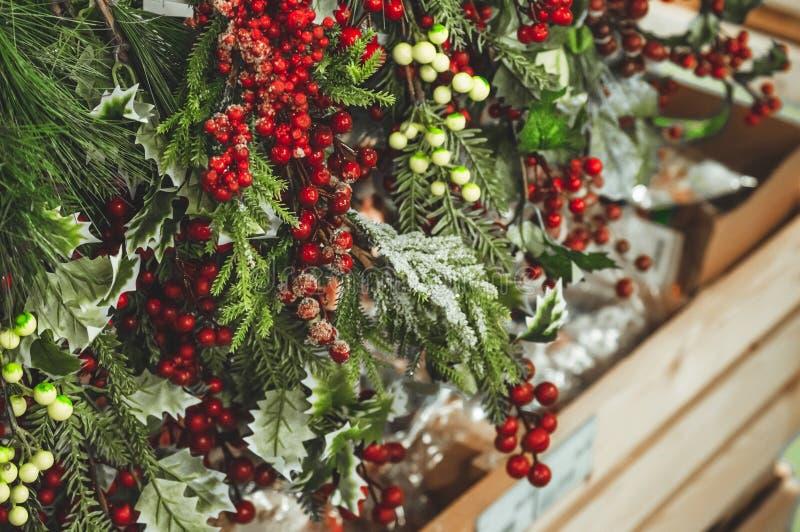 Achats de Noël, idée pour votre conception Beaucoup décorés des éléments rouges et des guirlandes vertes de Noël de cônes accroch photo libre de droits