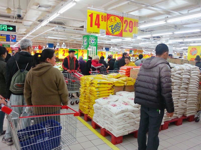 Achats de queue dans le supermarché photos libres de droits