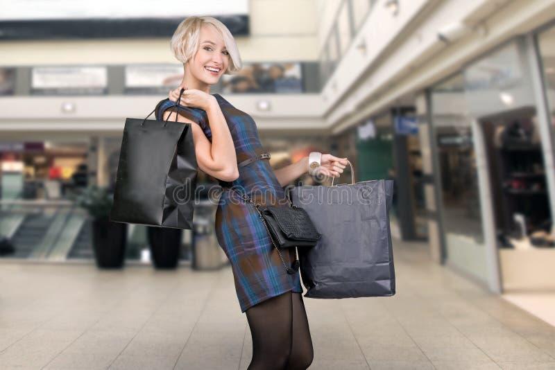 Achats de sourire de femme photo stock