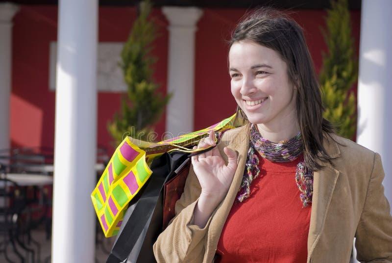 Achats de sourire de jeune femme image libre de droits