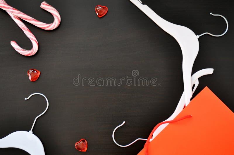 Achats de vente de Black Friday de concept avec des cintres, sac Topview photo libre de droits