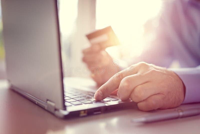 Achats en ligne avec la carte de crédit et l'ordinateur portable photos libres de droits