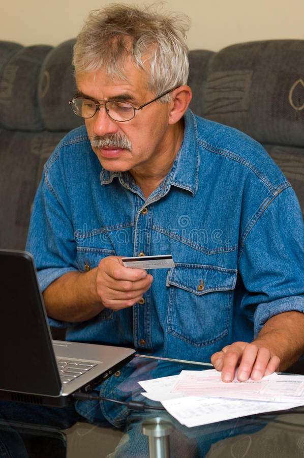 Achats en ligne d'homme aîné photo libre de droits