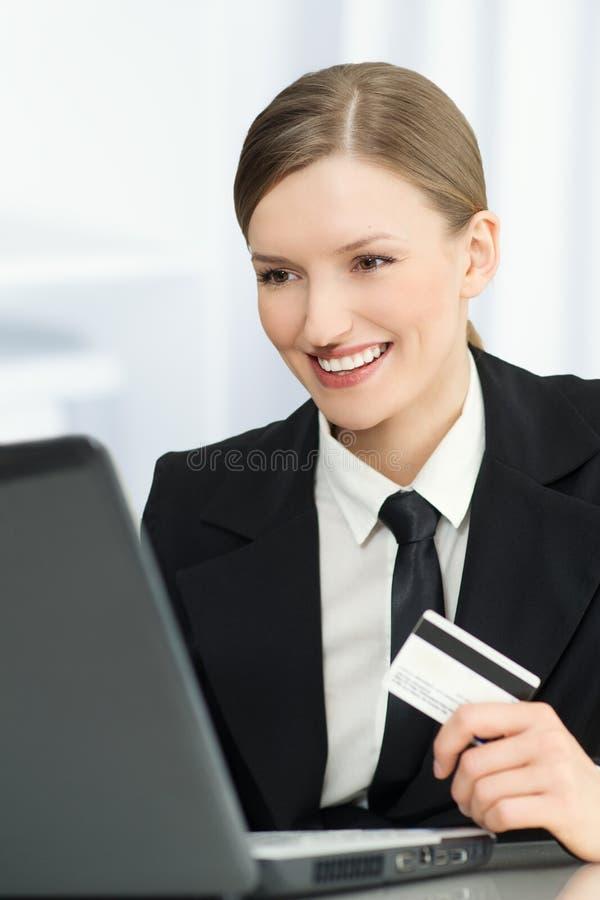 Achats en ligne de femme avec une carte de crédit - ordinateur portable photographie stock libre de droits
