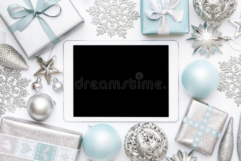 Achats en ligne de Noël Fond de vente de lendemain de Noël Cadeaux de Noël enveloppés, ornements et comprimé numérique d'écran vi photos stock