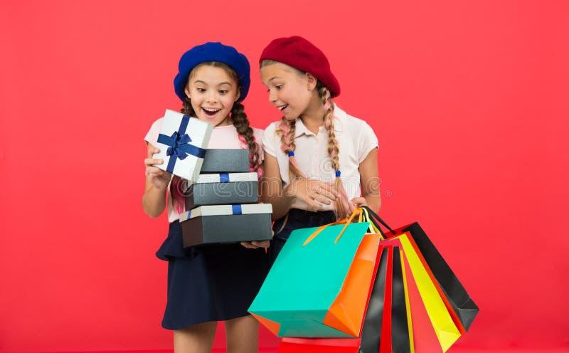 Achats et vacances Pour mon cher ami Fille donnant le boîte-cadeau à l'ami Amies célèbrent des vacances Enfants photographie stock