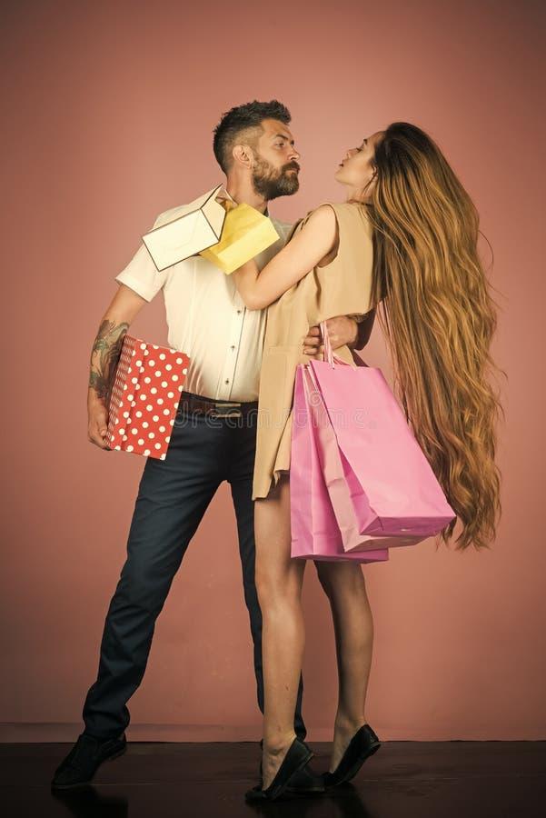 Achats et vente Couples shopaholic de mode Black Friday, vacances heureuses, relations photos libres de droits