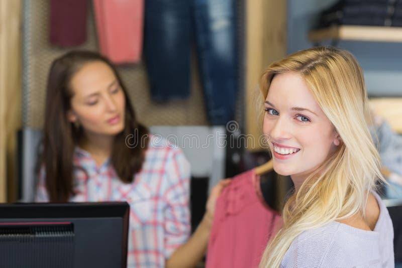 Download Achats Faisants Blonds De Sourire Et Regarder L'appareil-photo Image stock - Image du assez, boutique: 56491055