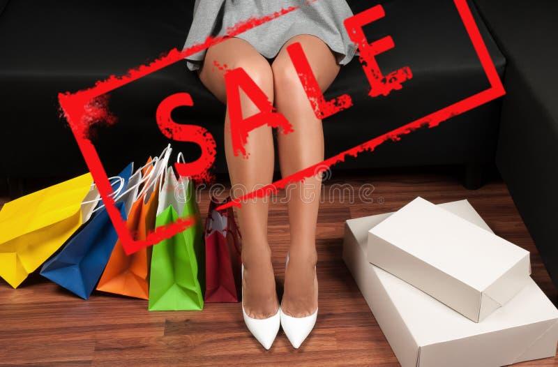 Achats Femme avec des sacs à provisions Vente de vacances photographie stock