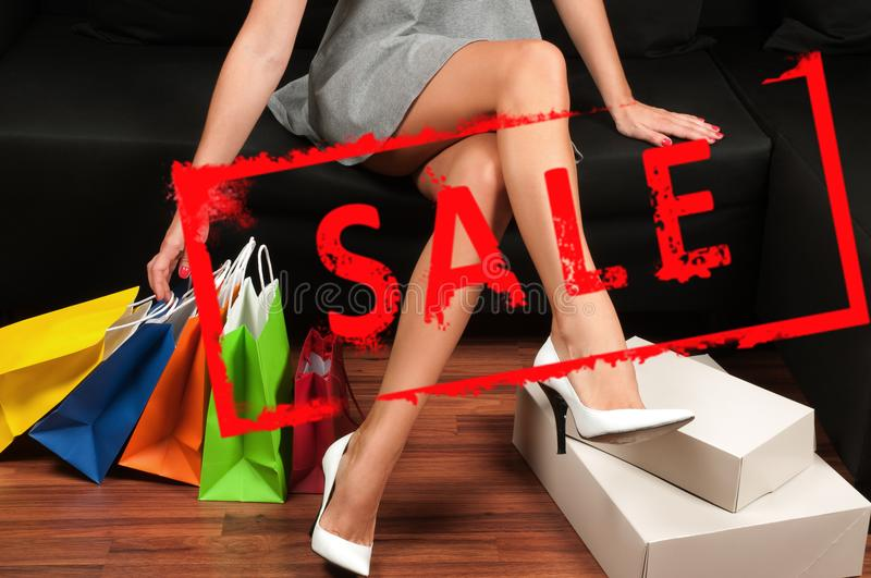 Achats Femme avec des sacs à provisions Vente de vacances photos stock