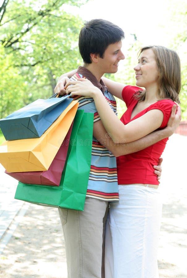 Achats heureux de couples photo stock