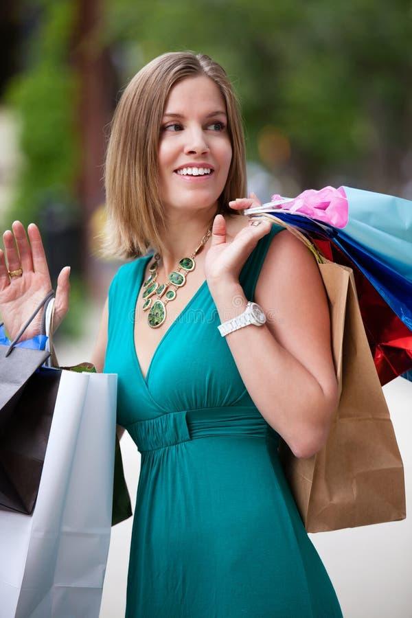 Achats heureux de femme dans la ville images stock