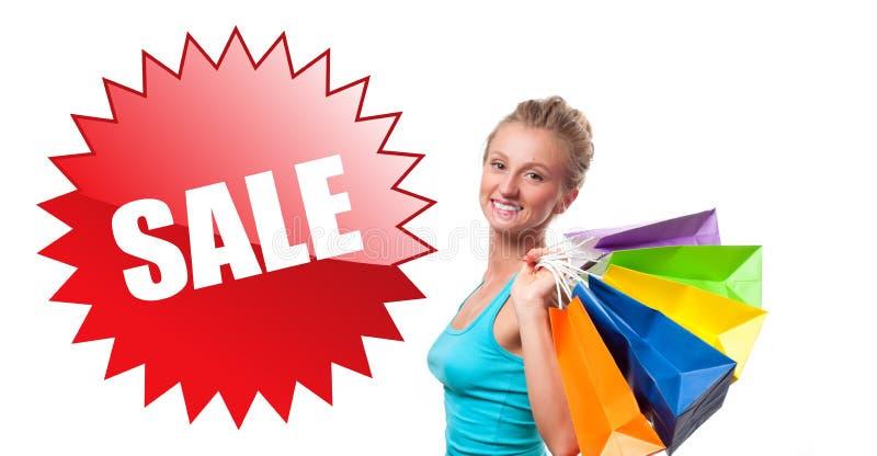 Achats La femme tient des paniers avec la vente image stock